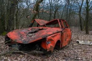 Carro abandonado e bastante contaminado