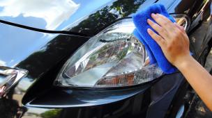 Homem utilizando toalha de microfibra